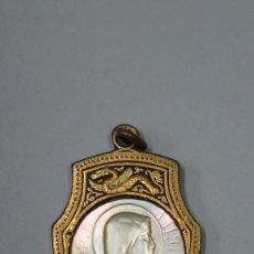 Antigüedades: ANTIGUA MEDALLA DE DAMASQUINO TOLEDANO Y NACAR. VIRGEN. DAMASQUINADO. SIGLO XIX. Lote 106098803