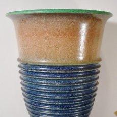 Antigüedades: GRAN JARRÓN EN GRES Y BASE EN PLATA. CERÁMICAS SERRA, CORNELLA. HACIA 1940-50. 35 CM ALTURA. Lote 106151243