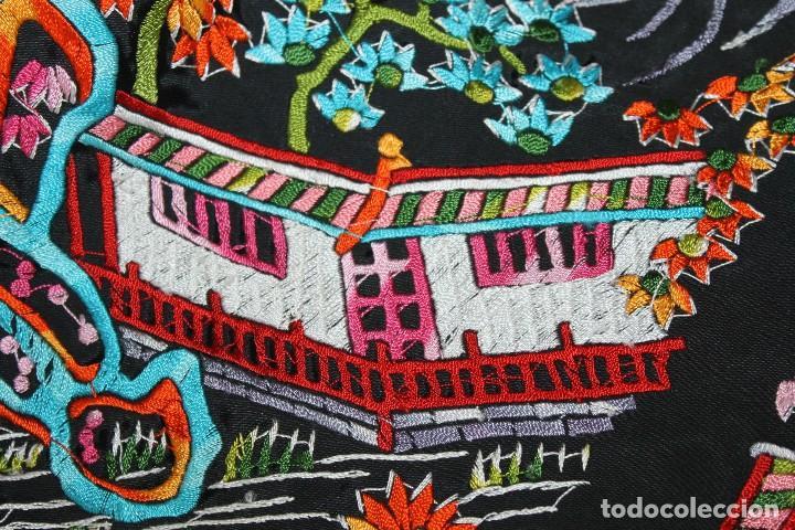 Antigüedades: MANTÓN DE MANILA CON MOTIVOS Y PAISAJES CHINESCOS BORDADO A MANO DE MEDIADOS DEL SIGLO XX - Foto 24 - 106186047
