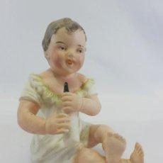 Antigüedades: PRECIOSO BEBÉ PIANO NIÑA EN PORCELANA BISCUIT. BEBÉ CON BIBERÓN. CA 1920. Lote 106189375