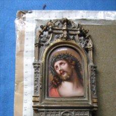 Antigüedades: PLACA DE PORCELANA PINTADA A MANO DEL ECCE HOMO SOBRE MARCO CAPILLA DE BRONCE - SIGLO XIX. Lote 106190911