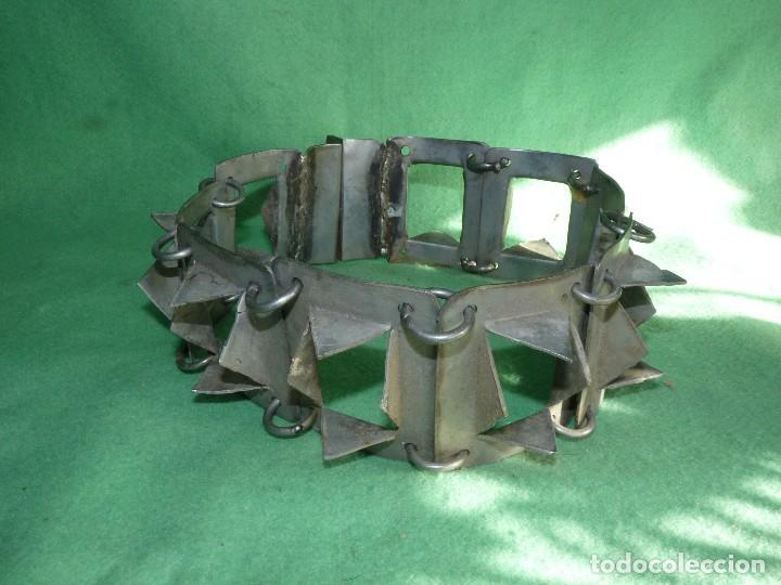 Antigüedades: IMPRESIONANTE CARLANCA TODO METAL COLLAR PERRO MASTIN PROTECCIÓN ATAQUES DEL LOBO CARRANCA AÑOS 40 - Foto 2 - 106191683