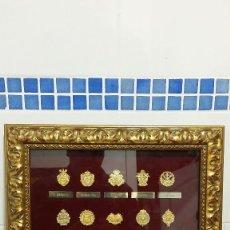 Antigüedades: CUADRO CON MEDALLAS DORADAS DE HERMANDADES RELIGIOSAS. Lote 106231627