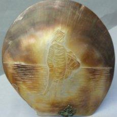 Antigüedades: ANTIGUA CONCHA TALLADA CON PINZA PPIO.S.XX. Lote 106553555