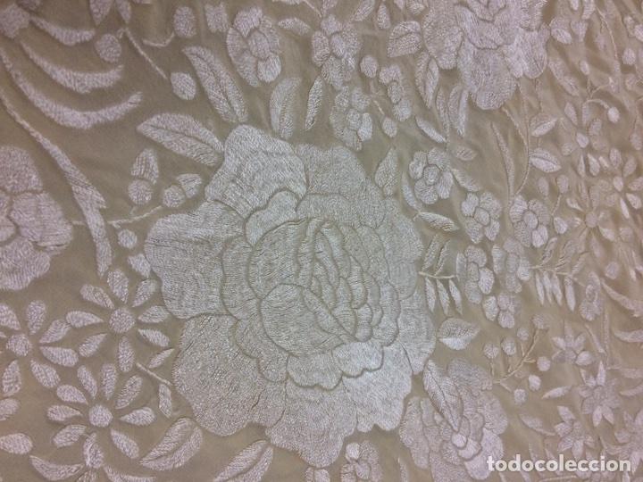 Antigüedades: Mantón de manila seda bordado a mano color marfil - Foto 3 - 131234899
