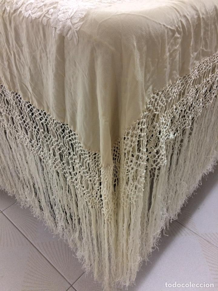 Antigüedades: Mantón de manila seda bordado a mano color marfil - Foto 4 - 131234899
