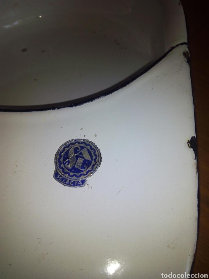 Antigüedades: Orinal de cama o cuña, de metal esmaltado con marca Sal y pegatina - Foto 2 - 106630232