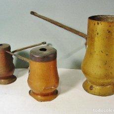 Antigüedades: LOTE DE 3 ANTIGUAS CHOCOLATERAS EN COBRE Y LATÓN, CON BRAZO EN HIERRO. SIGLO XIX. . Lote 106698755