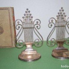 Antigüedades: PAREJA DE SUJETALIBROS DE METAL - FORMA DE LIRA - SUJETA LIBROS - AÑOS 20-30. Lote 106719199