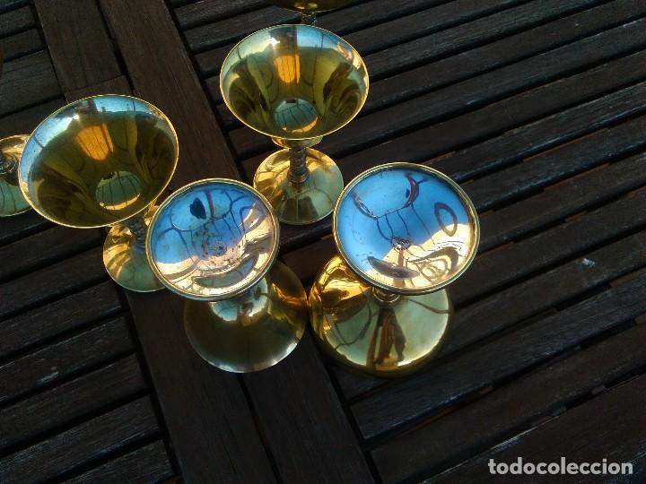 Antigüedades: LOTE 6copas de metal con cobertura de plata y pie en columna salomónica: 3 de vino y otras 3 champán - Foto 3 - 106756271