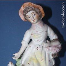 Antigüedades: BONITA FIGURA PASTORIL DE CERÁMICA REPRESENTANDO NIÑA CON PERRO. Lote 106797727