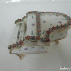 Antigüedades: ANTIGUO, ORIGINAL PIANO - CAJA JOYERO - PORCELANA CAPODIMONTE - AÑOS 50. Lote 111306424