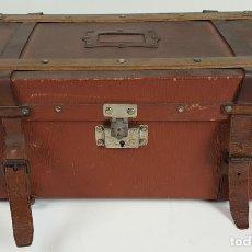 Antigüedades: BAÚL DE VIAJE. MADERA Y PIEL. DOBLE COMPARTIMENTO. CIRCA 1940.. Lote 106980987