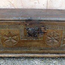 Antigüedades: ANTIGUA ARCA, BAUL. SIGLO XVIII. NORTE DE ESPAÑA.TALLA DE MADERA, NOGAL MEDIDAS: 1,17 M X 34 X 39 CM. Lote 106996195