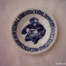 Antigüedades: PLATO DE PORCELANA VI FESTIVAL INTERNACIONAL DO MUNDO CELTA ORTIGUEIRA 1983. MÚSICO CON ZANFONA. Lote 106998543