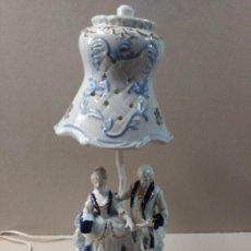 Antigüedades: LAMPARA DE PORCELANA CON ESCENA ROMANTICA. Lote 128864456