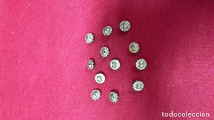 Antigüedades: juego de doce botones metálicos pp XX, dorados y azul. - Foto 2 - 107044811