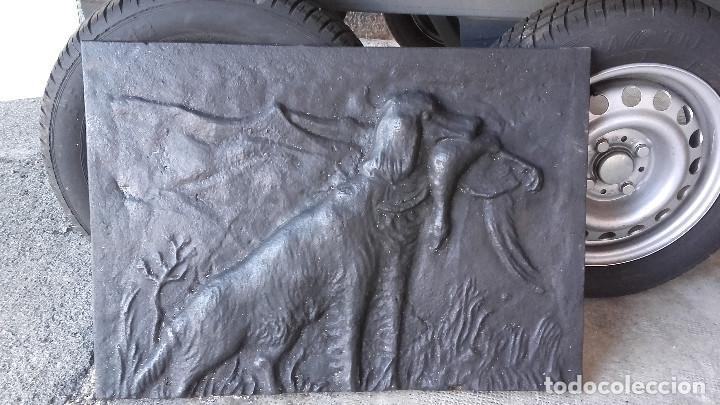 PLACA DE CHIMENEA CON PERRO DE CAZA (Antigüedades - Técnicas - Rústicas - Utensilios del Hogar)