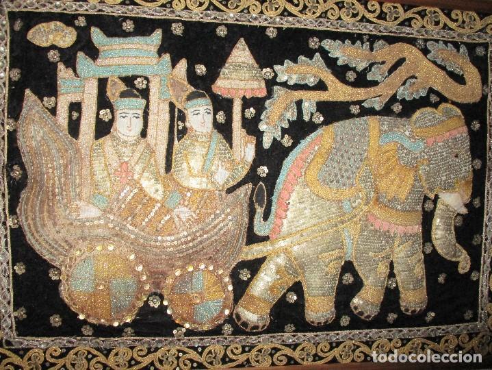 Antigüedades: cuadro tapiz antiguo de la india elefante con caruaje y pasajeros, bordado repujado artesanalmente - Foto 2 - 107188095