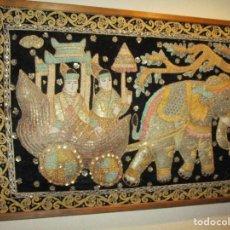 Antigüedades: CUADRO TAPIZ ANTIGUO DE LA INDIA ELEFANTE CON CARUAJE Y PASAJEROS, BORDADO REPUJADO ARTESANALMENTE. Lote 107188095