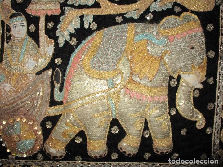 Antigüedades: cuadro tapiz antiguo de la india elefante con caruaje y pasajeros, bordado repujado artesanalmente - Foto 4 - 107188095