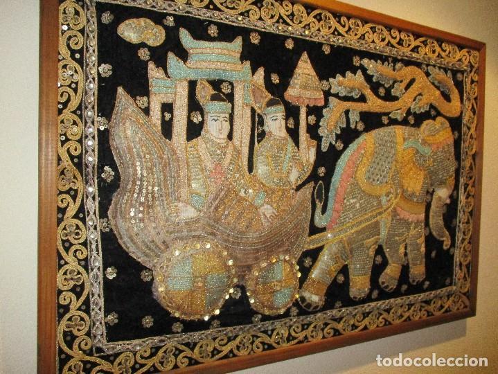 Antigüedades: cuadro tapiz antiguo de la india elefante con caruaje y pasajeros, bordado repujado artesanalmente - Foto 5 - 107188095