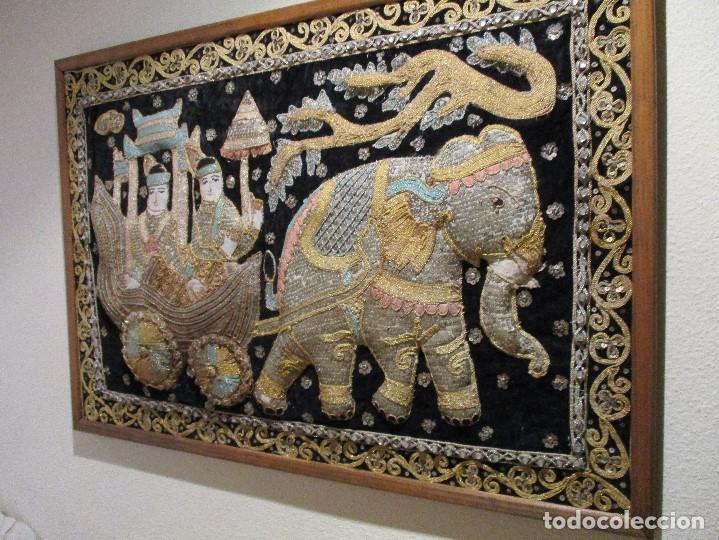 Antigüedades: cuadro tapiz antiguo de la india elefante con caruaje y pasajeros, bordado repujado artesanalmente - Foto 6 - 107188095