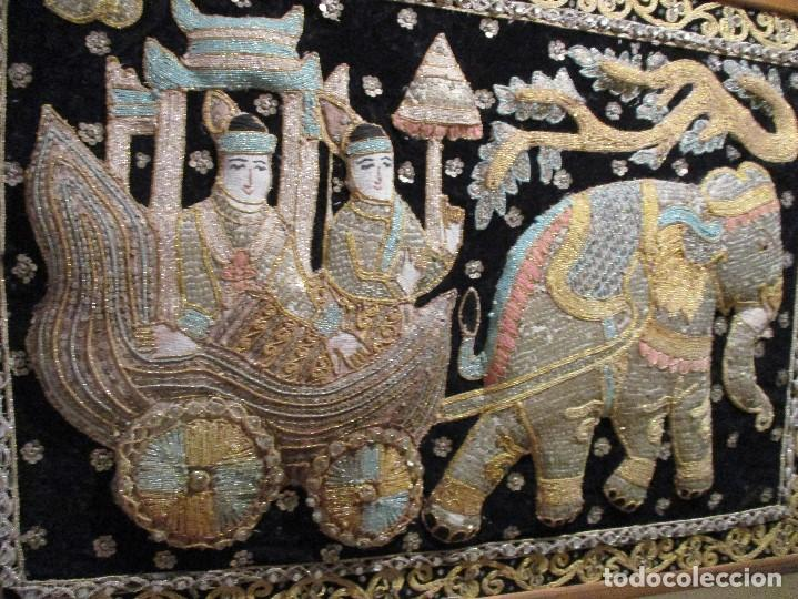 Antigüedades: cuadro tapiz antiguo de la india elefante con caruaje y pasajeros, bordado repujado artesanalmente - Foto 7 - 107188095