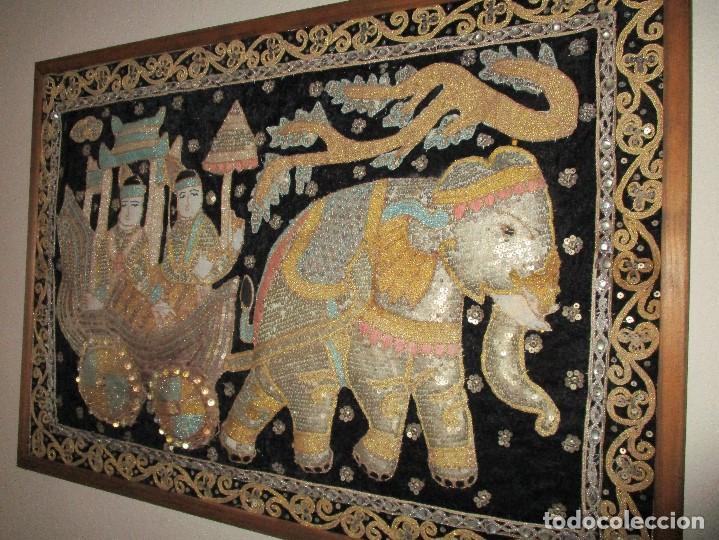 Antigüedades: cuadro tapiz antiguo de la india elefante con caruaje y pasajeros, bordado repujado artesanalmente - Foto 8 - 107188095