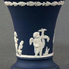 Antigüedades: VASO DE PORCELANA AZUL WEDGWOOD DECORACIÓN EN RELIEVE SIGLO XX. Lote 107214019