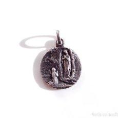 Antigüedades: MEDALLA RELIGIOSA. EN PLATA - NUESTRA SEÑORA DE LOURDES. Lote 107217715