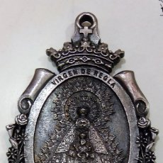 Antigüedades: ESPECTACULAR MEDALLA DE LA VIRGEN DE REGLA DE CHIPIONA, MIDE 5X7 CMS. Lote 174205852