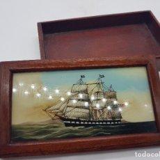 Antigüedades: BONITA CAJA ANTIGUA DE MADERA PINTADA A MANO CON HISTÓRICO BARCO VELERO AMERICANO.. Lote 107234615