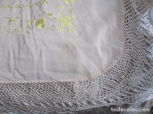 Antigüedades: Manton de Manila en tono marfil con bordados en color vainilla. Seda bordada a mano. - Foto 2 - 107295799