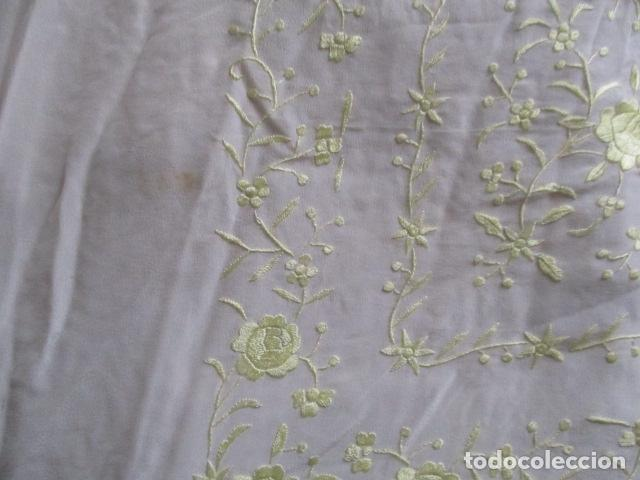 Antigüedades: Manton de Manila en tono marfil con bordados en color vainilla. Seda bordada a mano. - Foto 5 - 107295799