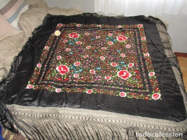 Antigüedades: Mantón de Manila de seda, Flores 140x140 cm aprox mas 60 cm de enrejado y flecos. Bordado a mano - Foto 2 - 107296019