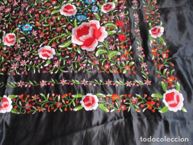 Antigüedades: Mantón de Manila de seda, Flores 140x140 cm aprox mas 60 cm de enrejado y flecos. Bordado a mano - Foto 3 - 107296019