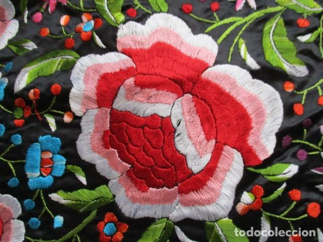 Antigüedades: Mantón de Manila de seda, Flores 140x140 cm aprox mas 60 cm de enrejado y flecos. Bordado a mano - Foto 4 - 107296019