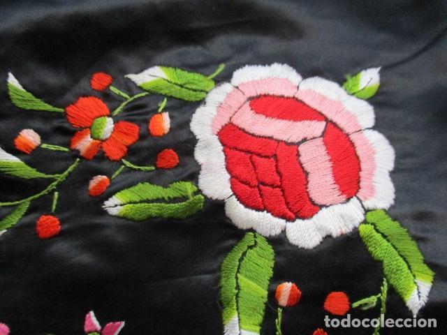 Antigüedades: Mantón de Manila de seda, Flores 140x140 cm aprox mas 60 cm de enrejado y flecos. Bordado a mano - Foto 5 - 107296019