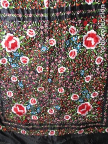 Antigüedades: Mantón de Manila de seda, Flores 140x140 cm aprox mas 60 cm de enrejado y flecos. Bordado a mano - Foto 6 - 107296019