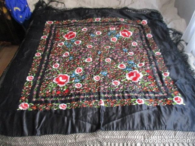 Antigüedades: Mantón de Manila de seda, Flores 140x140 cm aprox mas 60 cm de enrejado y flecos. Bordado a mano - Foto 7 - 107296019