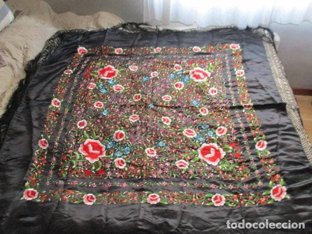 Antigüedades: Mantón de Manila de seda, Flores 140x140 cm aprox mas 60 cm de enrejado y flecos. Bordado a mano - Foto 8 - 107296019