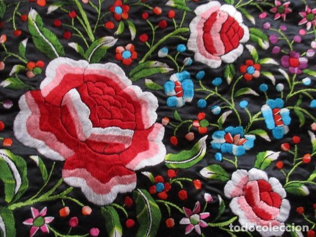 Antigüedades: Mantón de Manila de seda, Flores 140x140 cm aprox mas 60 cm de enrejado y flecos. Bordado a mano - Foto 9 - 107296019