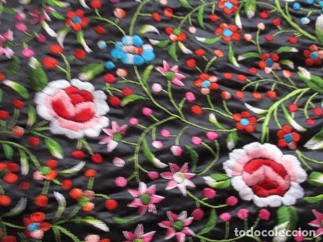 Antigüedades: Mantón de Manila de seda, Flores 140x140 cm aprox mas 60 cm de enrejado y flecos. Bordado a mano - Foto 10 - 107296019