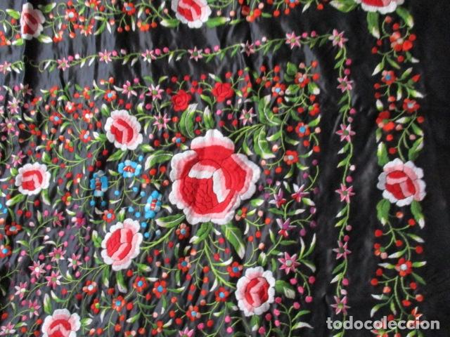 Antigüedades: Mantón de Manila de seda, Flores 140x140 cm aprox mas 60 cm de enrejado y flecos. Bordado a mano - Foto 11 - 107296019