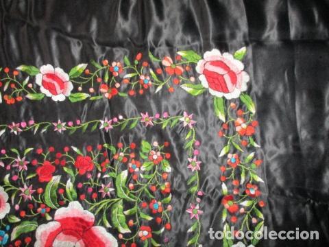 Antigüedades: Mantón de Manila de seda, Flores 140x140 cm aprox mas 60 cm de enrejado y flecos. Bordado a mano - Foto 12 - 107296019