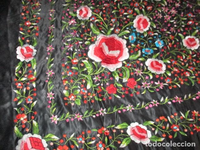 Antigüedades: Mantón de Manila de seda, Flores 140x140 cm aprox mas 60 cm de enrejado y flecos. Bordado a mano - Foto 13 - 107296019