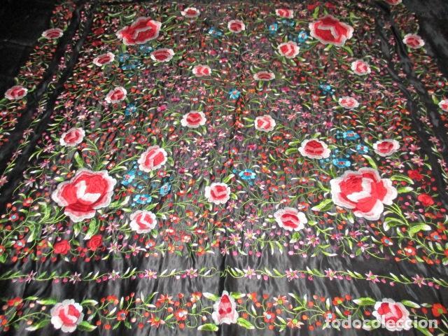 Antigüedades: Mantón de Manila de seda, Flores 140x140 cm aprox mas 60 cm de enrejado y flecos. Bordado a mano - Foto 14 - 107296019