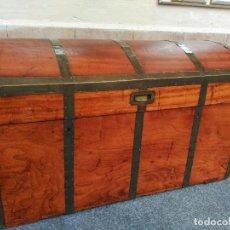 Antigüedades: BAUL DE BARCO DE ALCANFOR CON DETALLES EN BRONCE. Lote 107412111