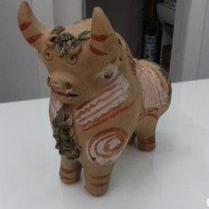 Antigüedades: BOTIJO TORICO TORO TERRACOTA POLICROMADA GRAN TAMAÑO PERFECTO ESTADO. Lote 107434450